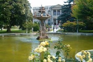 نافورة مياه أمام القصر