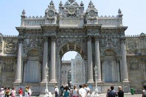بوابة قصر دولما بهتشه