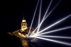 البرج ليلاً مع احتفال بعرس