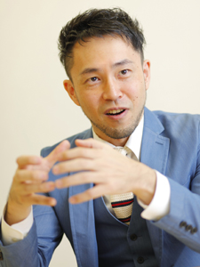 インタビュー中の西田征史さん