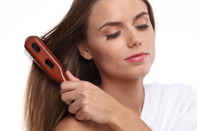 髪をストレートに!アイロンなしでも次の朝も楽ちんな髪の処理