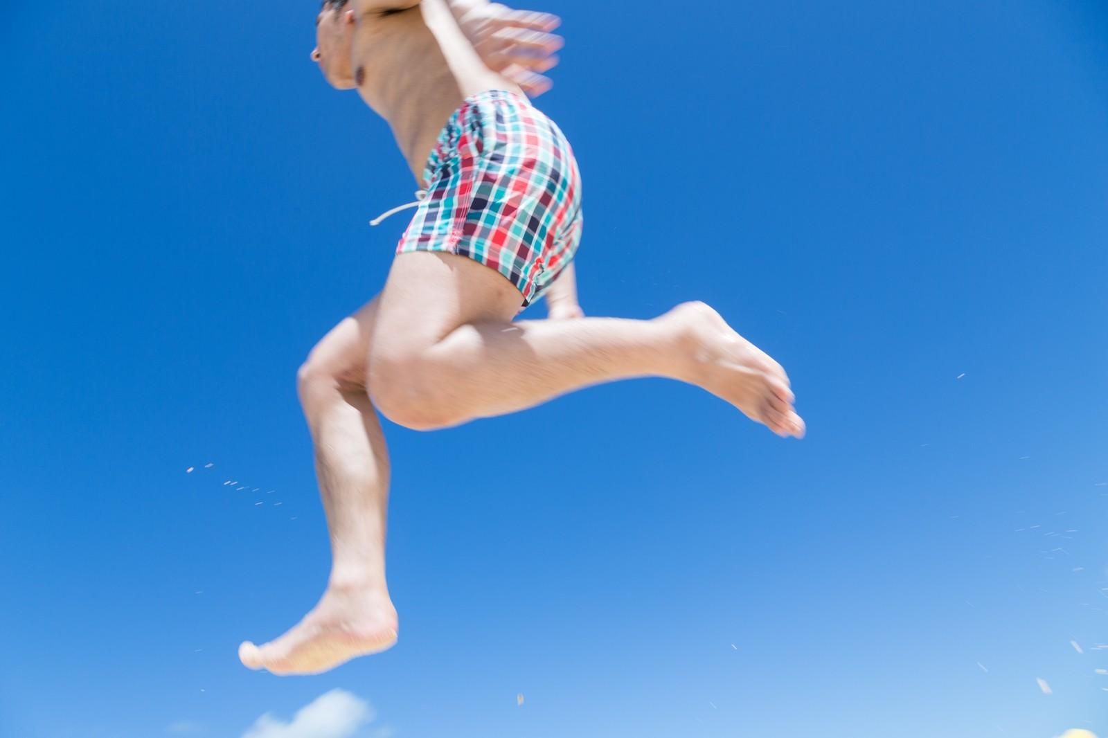 プールで着る水着選びで男性が押さえるべきポイントとトレンド