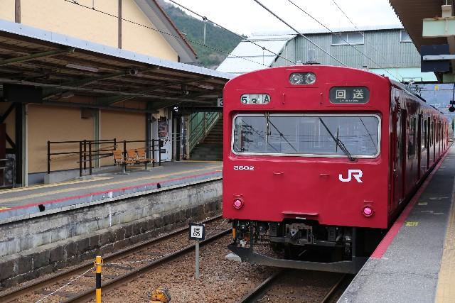 朝の通勤ラッシュと電車の遅延~遅れる原因は乗客も一因?