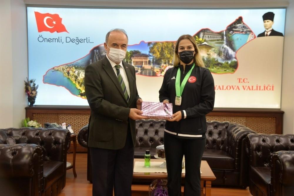 Vali Erol, dünya ikincisi Buse Tosun'u ağırladı