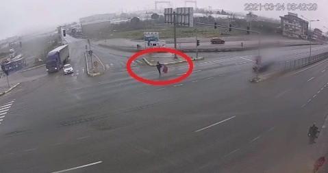 Yoğun trafiğe daldı, yere düşen Türk Bayrağı'nı böyle kaldırdı