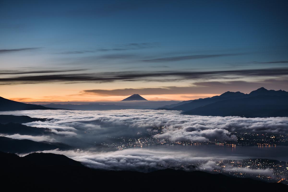 寒さに耐えて壮大な景色を見よう。長野県の高ボッチ高原から見る諏訪湖と富士山と雲海はこの時期がおすすめ。