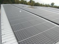 舎棟屋根 太陽光がのっています