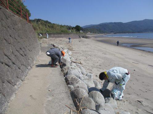 広い海岸を掃除しました。