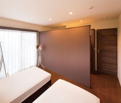 壁で仕切った寝室のウォークインクローゼット