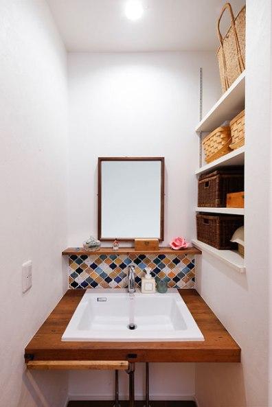 デザインタイルでアクセントをつけた洗面スペース