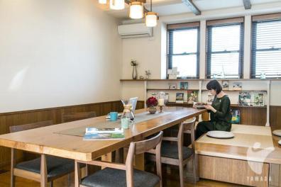お茶をしたり、読書をしたりと家族それぞれの時間を過ごしながらも会話が弾む空間。
