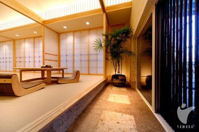 グレートーンの畳でモダンな雰囲気を醸し出す和室。土間から上がれる和みの空間。