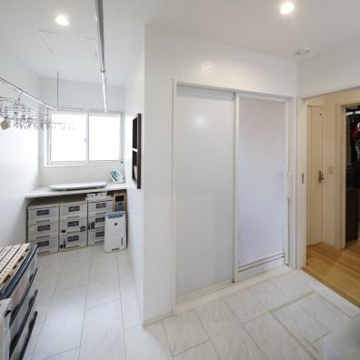 キッチン奥には、洗面・ランドリー・家事室・浴室がまとめられて配置されている