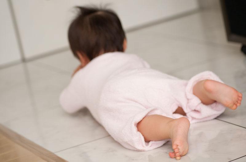 ハイハイを覚えた赤ちゃんの写真