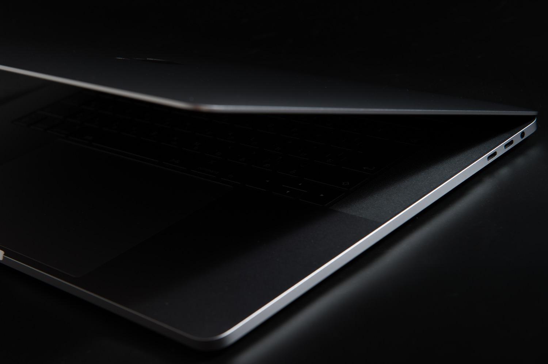 Macbookpro2017 15 インチの薄さ