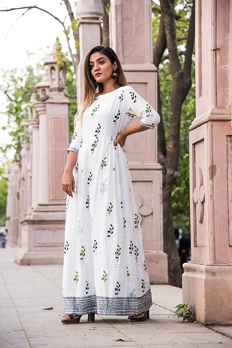 Leaves printed Maxi Dress is designed with a scooped round neckline and side pleats to enhance the beauty of the dress