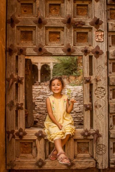 Coco dans une des portes