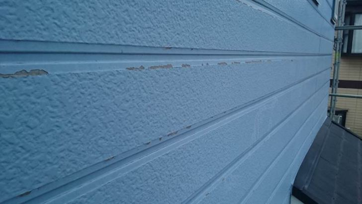 塗装が剥がれた外壁