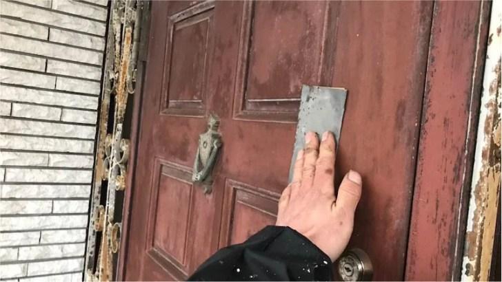 玄関ドアの木部のケレン作業
