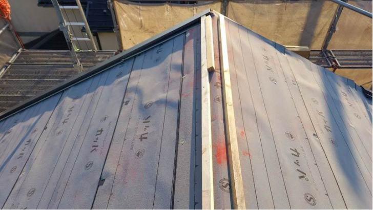 流山市の屋根リフォームの棟下地の取り付け