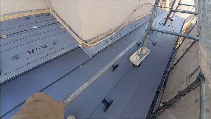 流山市の屋根リフォームのガルバリウム鋼板の施工