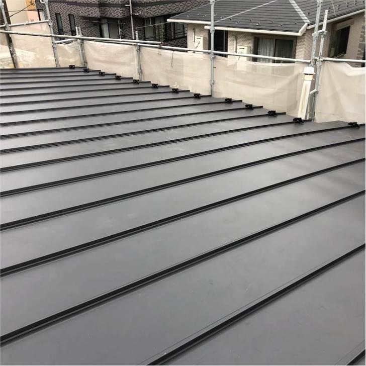 川崎市の屋根葺き替え工事のガルバリルム鋼板の施工