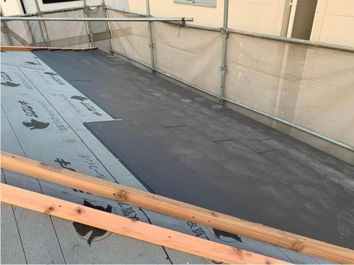 北区の屋根葺き替え工事のガルバリルム鋼板の設置