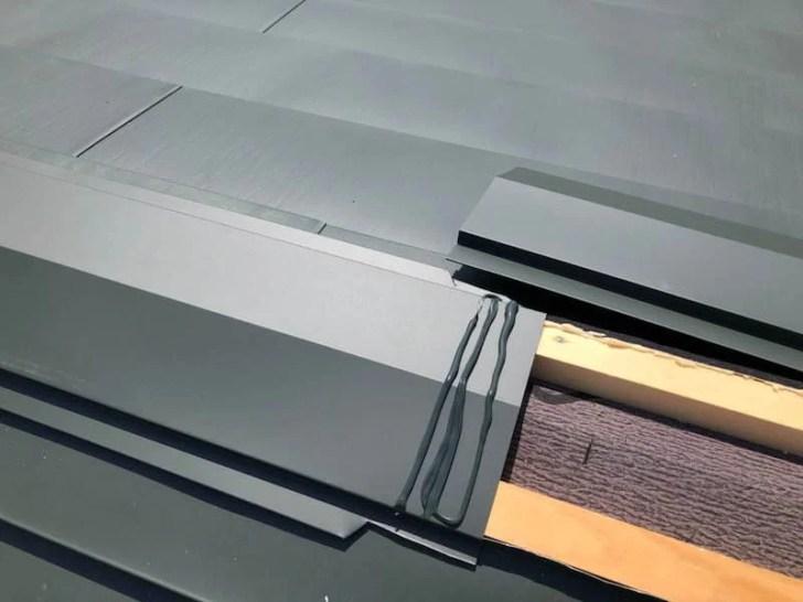 横浜市の屋根リフォームのガルバリウム鋼板の棟板金の設置