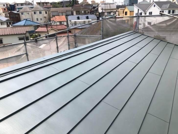 横浜市の屋根リフォームのガルバリウム鋼板のカバー工法の施工後の様子