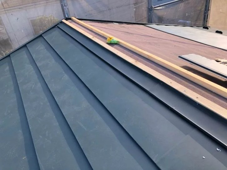 横浜市の屋根リフォームのガルバリウム鋼板の設置