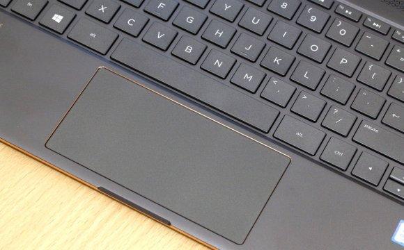 Touchpad ekstra lebar membuat navigasi dapat dilakukan dengan nyaman. Ukuran dan tingkat kedalaman tiap tombol keyboard juga membuat mengetik dalam waktu yang lama dapat dilakukan dengan nyaman. Perlu dicatat, untuk mengklik tombol kanan, pastikan jari agak di ujung kanan untuk menghindari salah klik.