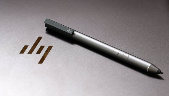 Dalam paket pembeliannya, HP Spectre x360 2017 telah dibekali stylus digital aktif. Menggunakan pena ini, pengguna akan dapat menggambar atau menulis tangan dengan lancar hampir seperti menulis di kertas biasa dengan pena biasa. Windows 10 sendiri telah menyiapkan beberapa aplikasi menarik yang telah dioptimalkan untuk Windows Ink.