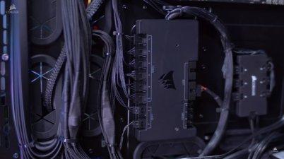 Kotak kendali utama ini mengatur jalan kabel panel dan cahaya.