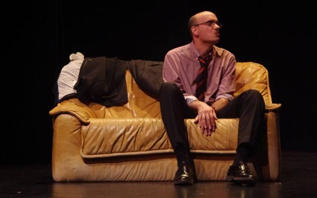 Un homme assit sur un canapé