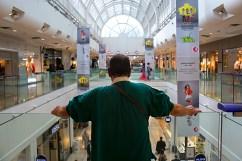 Antonio dans le centre-commercial. Il y passe une partie de ses journées.