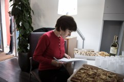 24 octobre 2015, Montpellier (34). 1er jour de campagne officiel de Carole Delga (PS). Carole Delga prépare son discours d'inauguration du local de campagne de Montpellier.