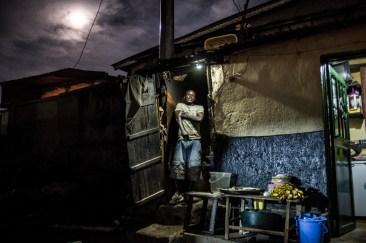 13 décembre 2016, Kigali, RWANDA. Un vendeur de demi-pomme de terre frites à 50 Francs Rwandais dans le quartier populaire de Nyamirambo à Kigali.