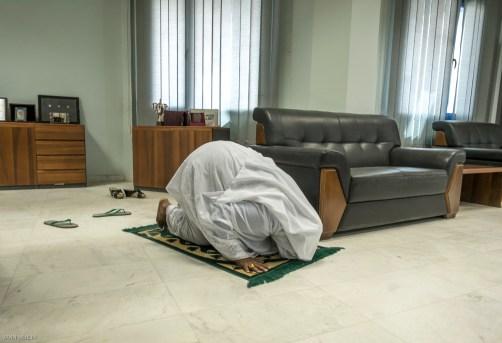 Khartoum Juin 2015. Bureau d'Amna Mirghani Hassan, responsable de la monnaie papier a la Banque Central du Soudan.Amna est divorcee et vit seule avec ses deux filles dans le quartier de chara sitin.Elle est nee dans l'ancienne capitale : Wad Madani. Son pere etait l'inportateur des machines a coudre Singer pour tout l'Est de l'Afrique. C'est apres de brillantes etudes en Sciences economiques qu elle integre la Central bank of Soudan et qu'elle gravira peu a peu les echelons pour occuper le poste numero trois de la banque derriere deux de ces collegues de l'universite de Khartoum. Elle fait parti d'un puissant reseau d'hommes d'affaires et voyage en Europe pour des conferences notamment a la Banque centrale Europeene .Elle se definie aussi comme une feministe et combat la violence conjugale.Elle est nostalgique du Soudan d'avant 83, le moment ou la religion a commencé a peser dans la société soudanaise.