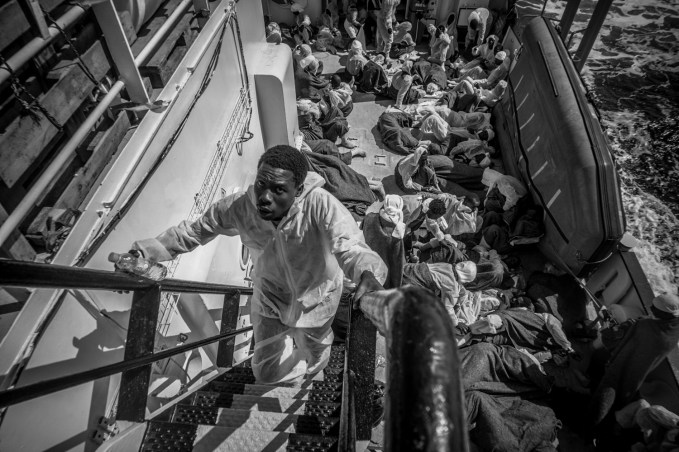 Au fil des temoignages les refugies decrivent la Libye comme un enfer ou le sadisme regne, ou hommes femmes et enfants perdent la vie.Ils parlent de plusieurs etablissements qui renferment 4000 personnes et plus, de villas transformees en prisons un peu partout sur le territoire Libyen.En outre, les refugies racontent qu ils embarquent de force sur les pneumatiques.