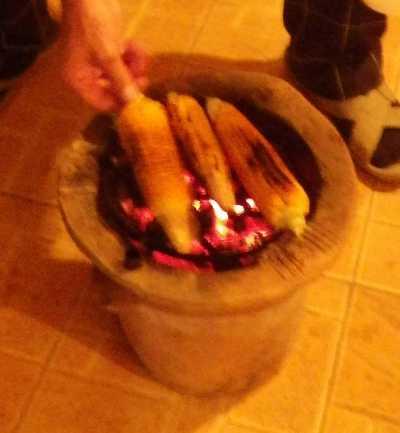 炭火でトウモロコシ