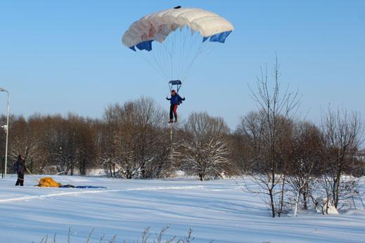 Выступление парашютистов на празднике «Снежинка Лахости» в г.Гаврилов-Ям