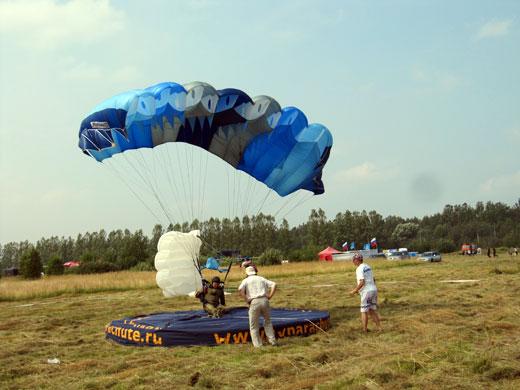 Выступление парашютистов