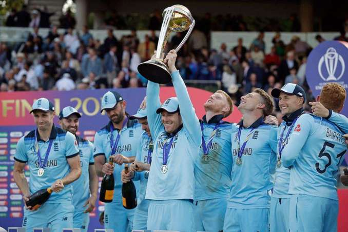 England Celebrates Their World Cup Win in Style 20 د نړیوال جام پای لوبه؛ سوپر اور او انتقادونه
