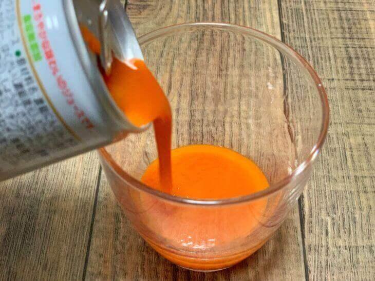 野菜ジュースをコップに注ぐ