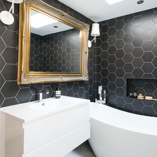 Altıgen siyah fayanslı renkli banyo