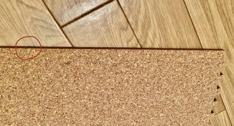コルクマットの敷き方の画像5。洗面所の床の長さ分、コルクマットも計測して印を付けています。