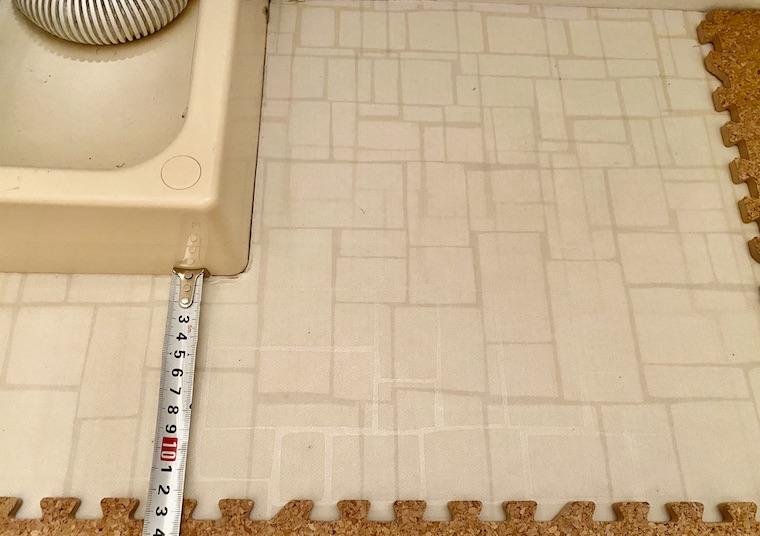 コルクマットの敷き方の画像11。コルクマットを敷く床の、計測すべき所を測っています。