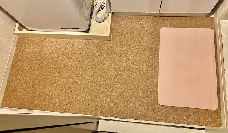 洗面所の床にコルクマットをDIYで敷きました。