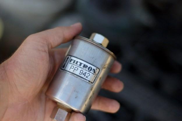 Старият филтър Filtron PP 942 в ръка
