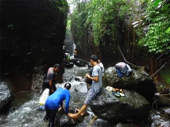 Air terjun Dongpaso tertutupi tebing batu